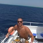 Daniel Bregenzer auf Boot in Badehose im Meer (ehemaliges Photo auf Facebook)
