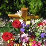 Daniel's Grab im Sommer mit Blumen